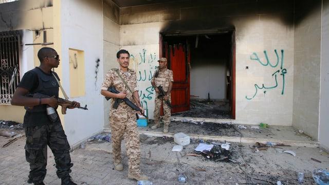 Drei Soldaten kurz nach dem Anschlag auf die US-Botschaft in Bengasi