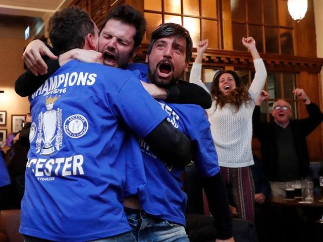 Die Fans feiern ausgelassen in den Pubs von Leicester