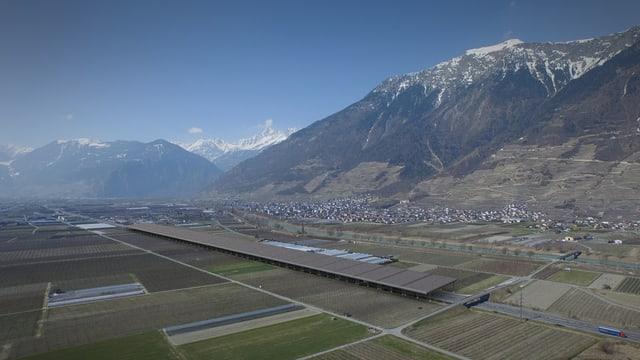 Retouchiertes Foto des Wallis' mit überdachter Autobahn.