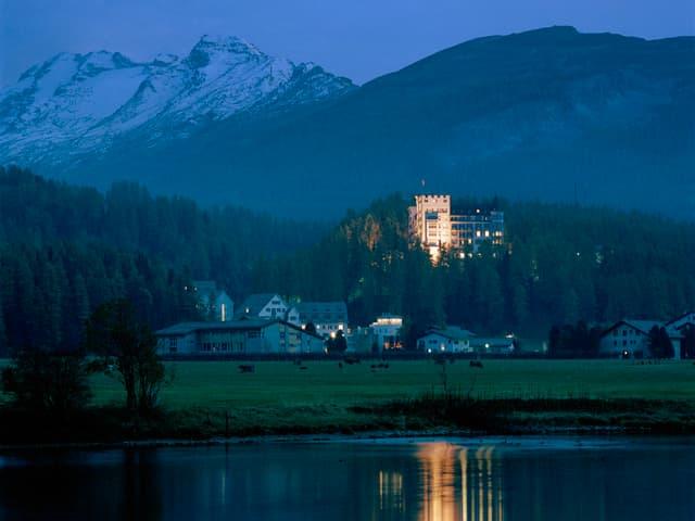 Il lai da Segl cun davostiers il hotel Waldhaus.