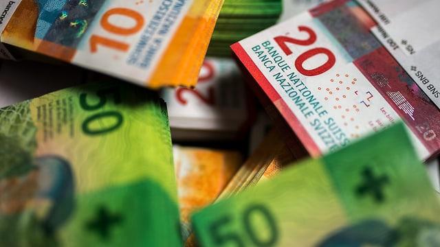Symbolbild: Neue Schweizer Banknotenbündel auf einem Haufen.