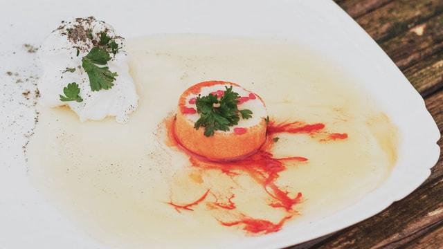 Ein Teller mit vermeintlich leckerem Essen, bei genauerem Blick ungeniessbare Artikel.
