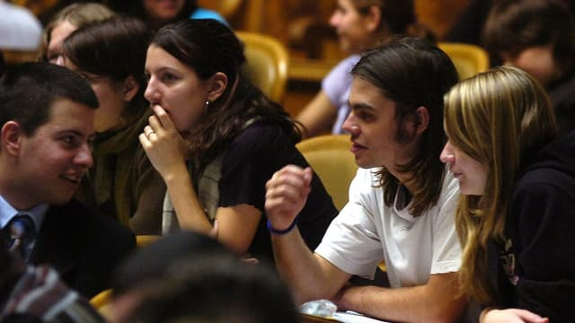 Jugendliche Politiker diskutieren im Parlament der Erwachsenen
