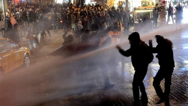 Demonstranten flüchten vor Wasserwerfern.