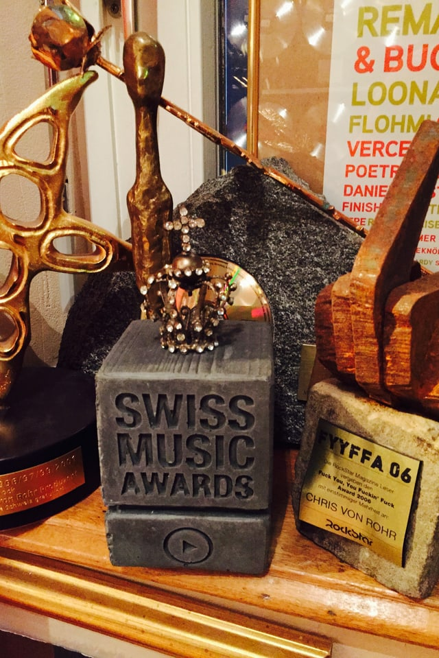 Betonklotz neben Prix Walo und anderen Preisen