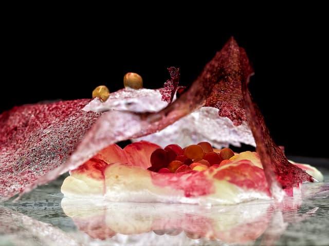 Rot-weisse Kreation aus Kaviar, Forelle und Randen.