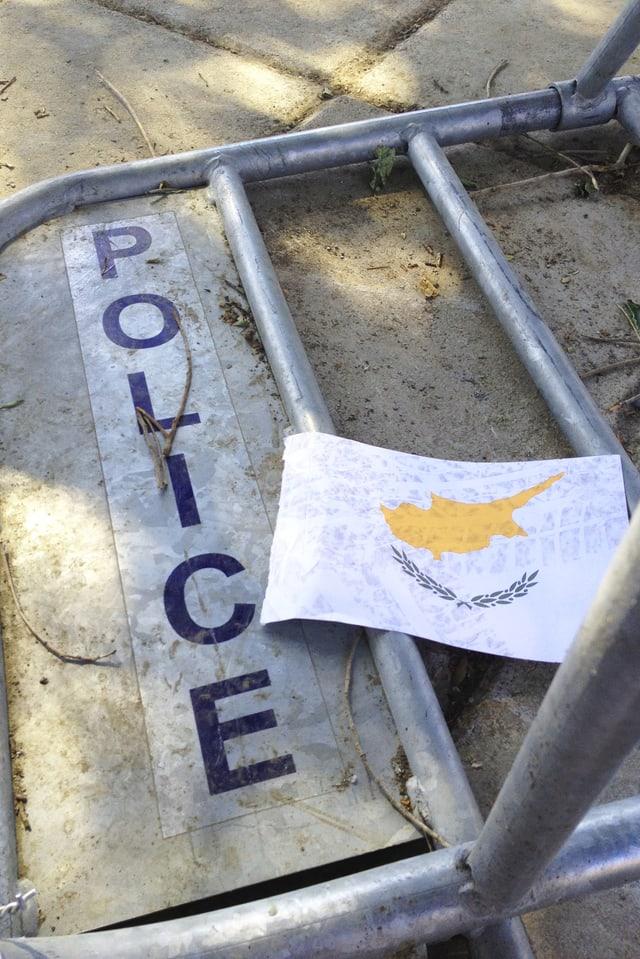 Umgestürzte Polizeiabsperrung