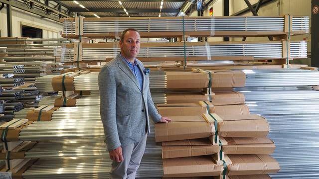 Patick Villiger, CEO von Alu Laufen, mit Ware, die er derzeit nicht ausliefern kann.