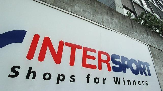 Schild mit Logo am Gebäude von Intersport.
