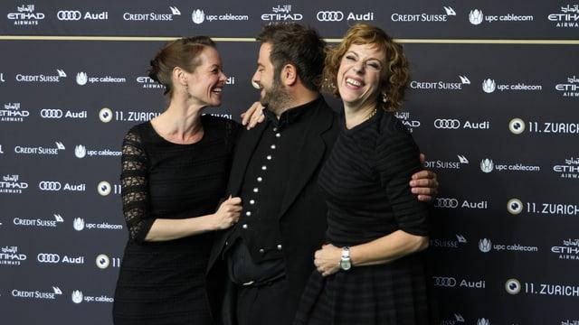 Schauspielerin Mona Petri (links) und Regisseurin Sabine Boss nahmen SRF 3-Produzent Marco Thomann mit auf den grünen Teppich.
