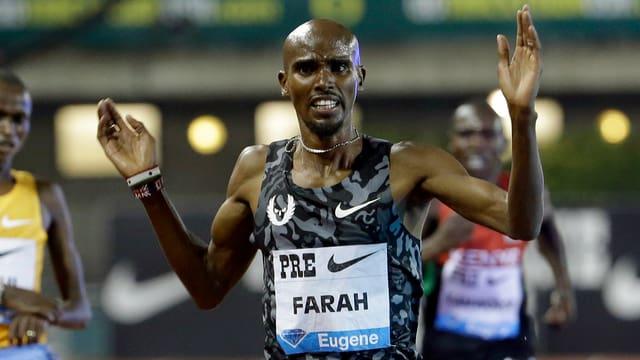 Mo Farah beim Zieleinlauf mit erhobenen Händen.