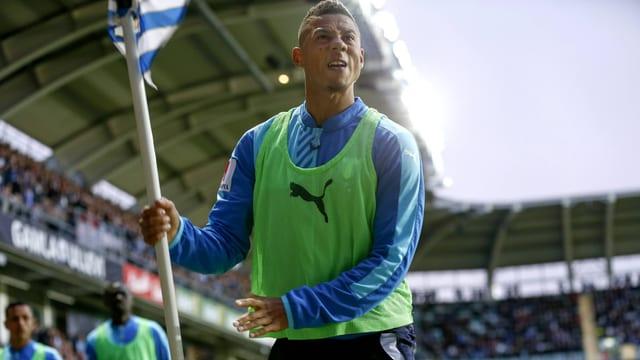 Malmös Tobias Sana hält eine Eckfahne wie einen Speer in der Hand.