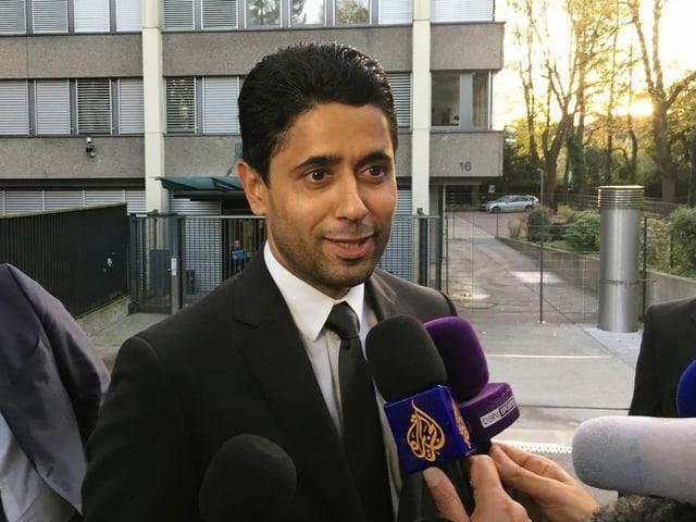 Nasser Al-Khelaifi spricht in ein Mikrofon