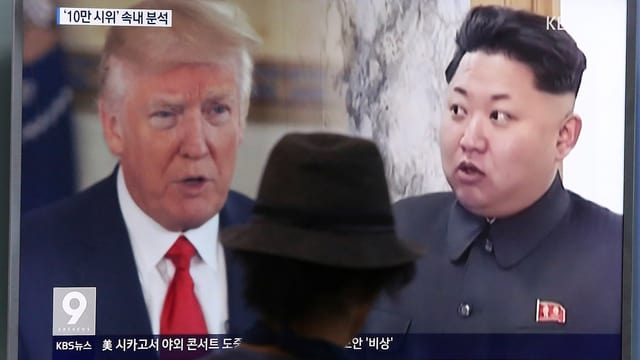 Purtret da Trump e Kim en ina televisiun.