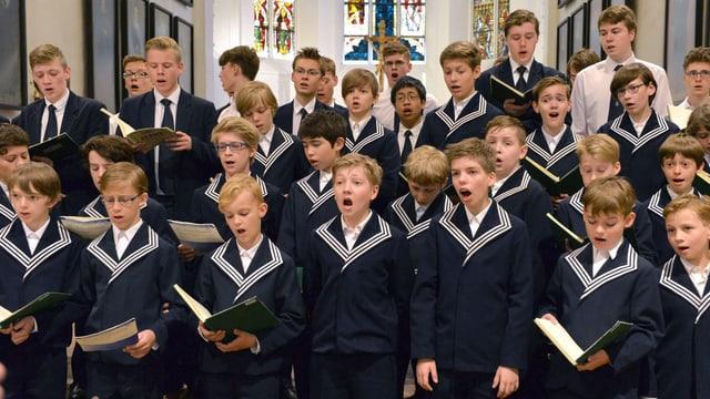 viele junge Knaben in Uniform, die singen