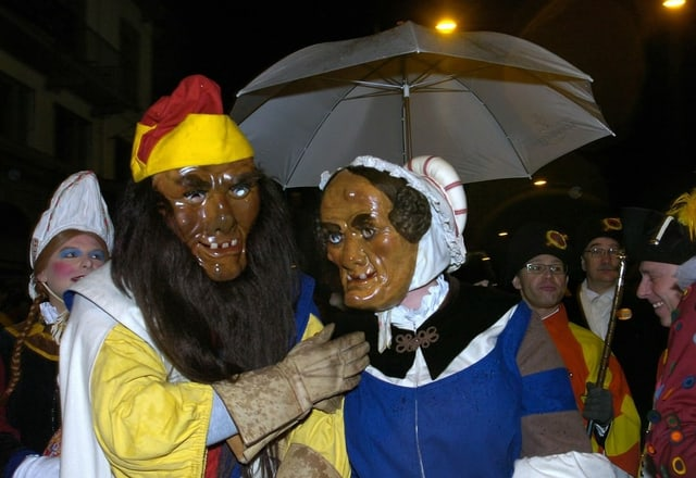 Die Luzerner Fasnachtsfiguren Bruder Fritschi mit seiner Frau Fritschine.