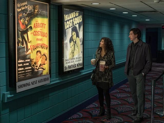 Paterson und Laura stehen vor B-Movie-Plakaten.