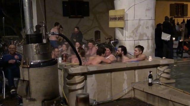 Mehrere Menschen in einem Brunnen