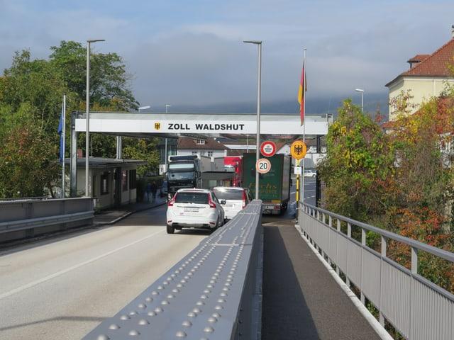 Brücke mit Autos, Zollgebäude Waldshut.
