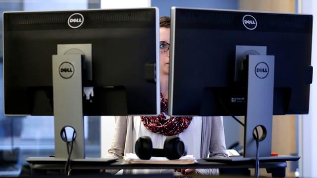 Purtret d'ina giuvna vid in computer.