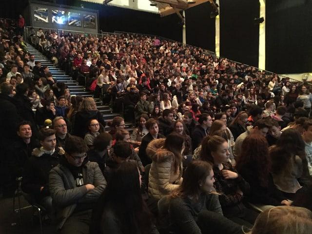 Die Reithalle Solothurn ist mit 900 Jugendlichen besetzt.