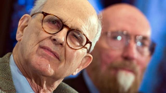 Die Physiker Rainer Weiss (vorne) und Kip Thorne vor der Presse in Washington.