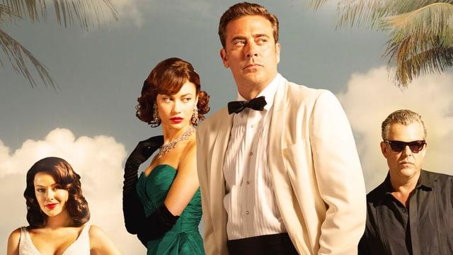 Ein Mann in weissem Anzug und Fliege, ein Mann mit schwarzem Hemd, zwei hübsch gekleidete Frauen.