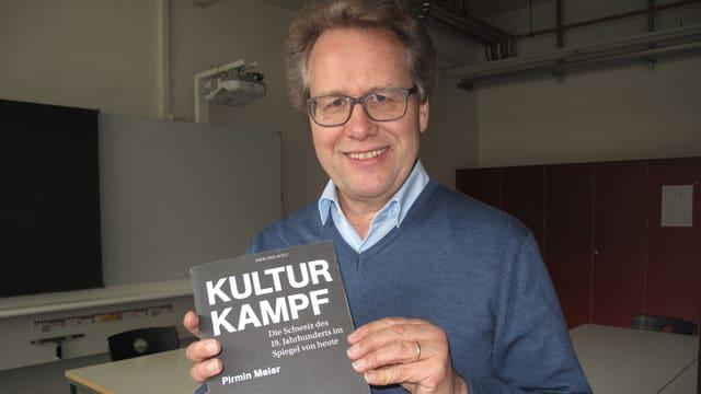 Der Zuger Historiker Josef Lang mit dem neuen Buch «Kulturkampf».