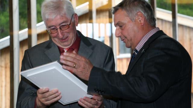 Urs Häusermann (dretg), igl president communal da Vaz ha surdà il premi cultural da Vaz a Fritz Ludescher.