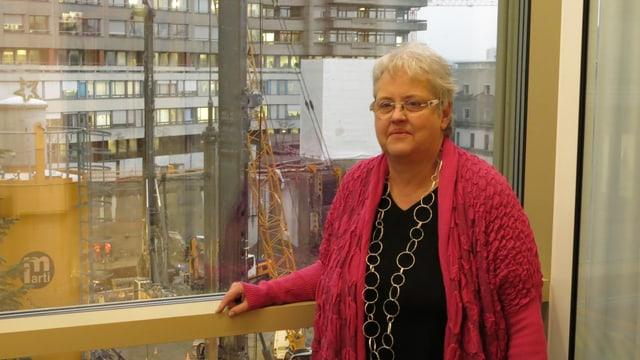 Elsbeth Baumann, stellvertretende Leiterin des Pflegediensts in einem Raum mit sicht auf die Baustelle