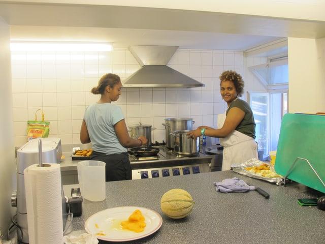 Zwei Frauen aus Eritrea am kochen