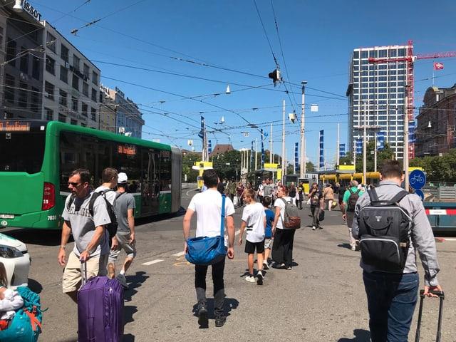 Zahlreiche Taxis, Busse, Trams, Velofahrerinnen und Fussgänger überqueren täglich den Centralbahnplatz