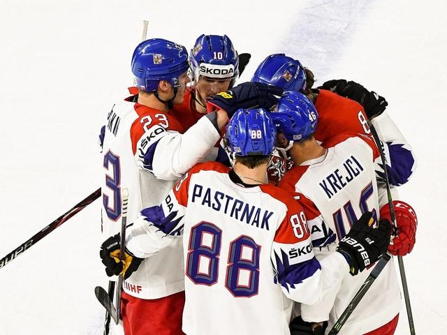 Die Tschechen feiern einen Treffer.