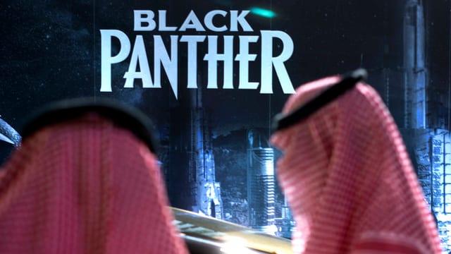 Zwei Männerköpfe in traditioneller Kleidung vor dem Schriftzug «Black Panther».