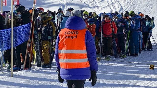 Skifahrer beim Anstehen in Verbier.