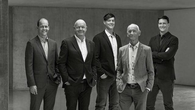 Schwarzweiss-Aufnahme von der Geschäftsleitung (fünf Männer).