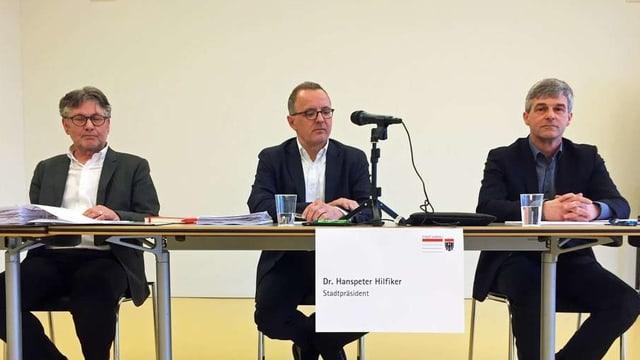 Aarauer Stadträte an einer Medienkonferenz
