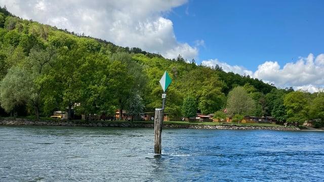 Die alte Wiffe im Rhein, die für Boote sehr gefährlich sein kann, weil sie nicht beweglich ist.