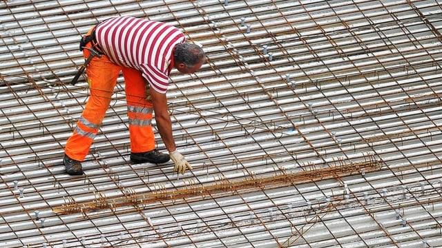 Eisenleger auf der Baustelle.