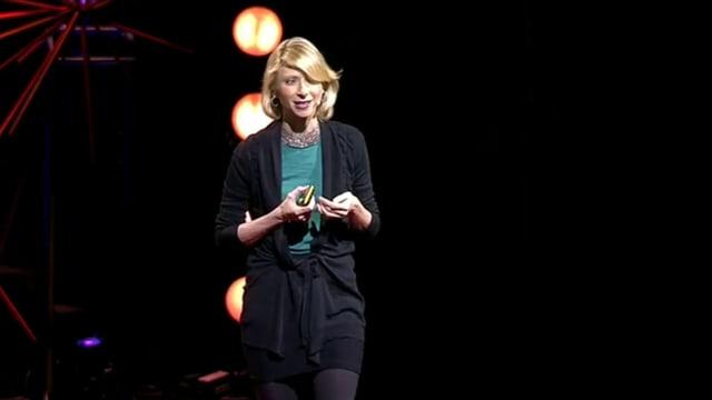 Eine Frau hält einen Vortrag.