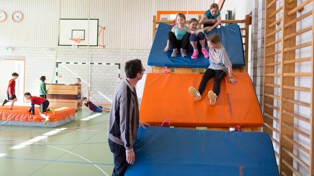 Kinder in einer Turnhalle.