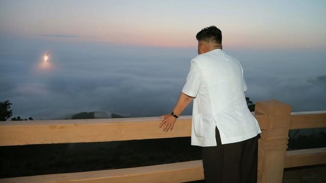 Kim Jong Un schaut von einem Balkon einem Raketenstart zu