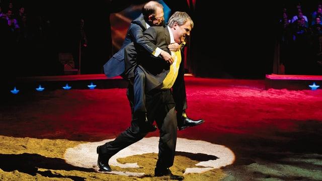 Mike Müller trägt Viktor Giacobbo durch die Arena des Zirkus Knie