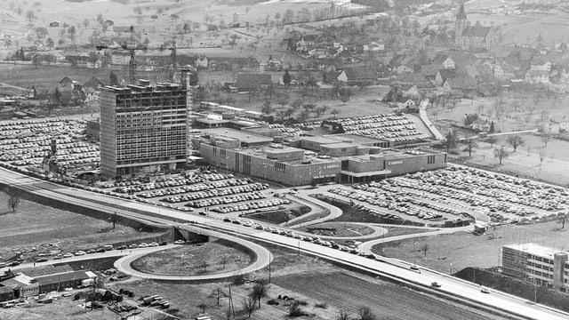 Der Parkplatz und das Shopping-Center von Spreitenbach, aufgenommen aus der Luft.