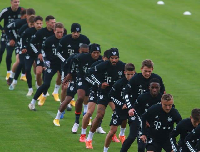 Bayern-Spielertraube im Training