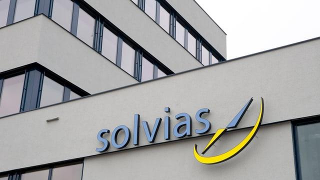 Schriftzug der Solvias am Hauptgebäude in Kaiseraugst.