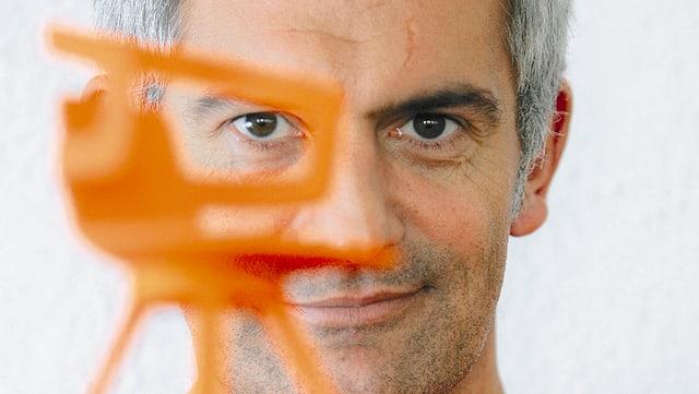 Video «Folge 1: Alfredo Häberli - Möbel- und Produktedesign» abspielen