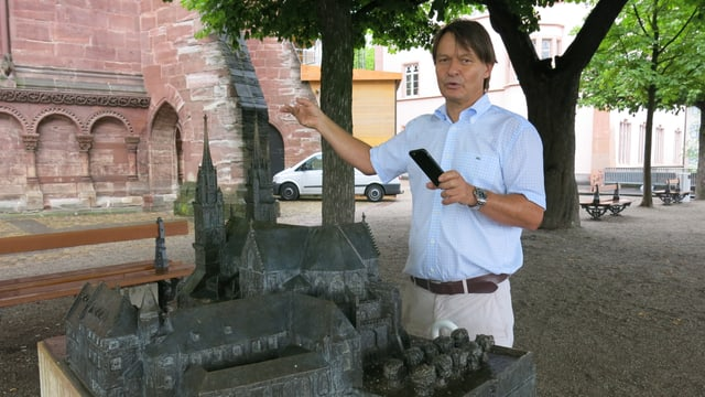Guido Lassau vor einem Modell des Basler Münster.