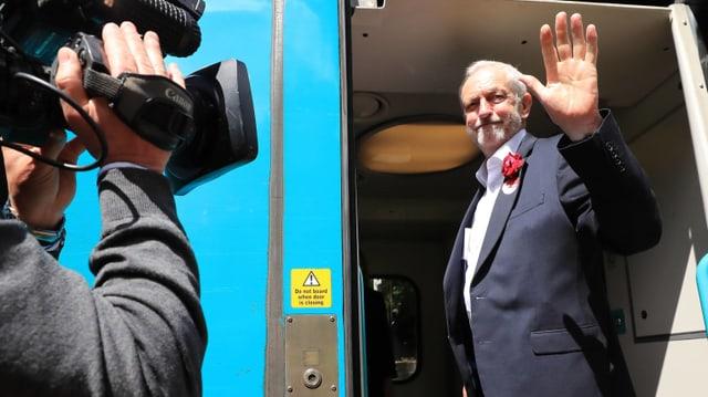 Jeremy Corbyn in einem Zug