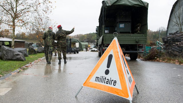 Ein Lastwagen des Militärs und zwei Soldaten